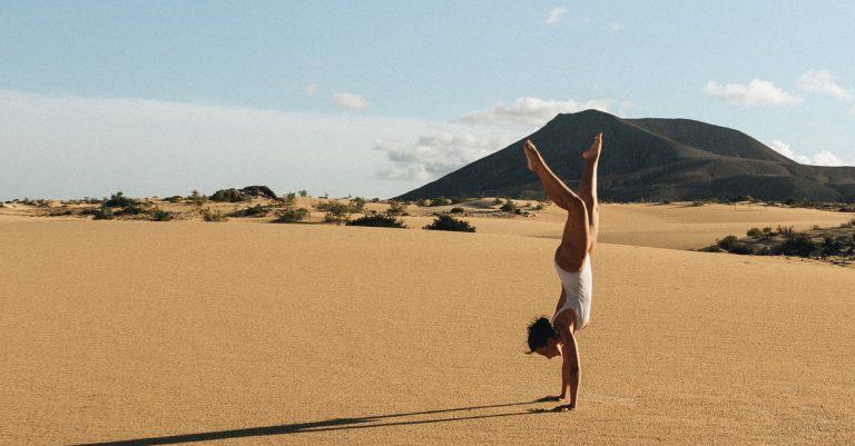 playa de cofete frau handstand