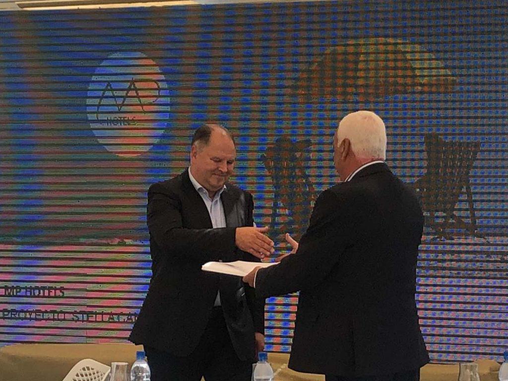 Dietmar Gunz empfängt die letzte Lizenz für das Hotelprojekt Stella Canaris Fuerteventura